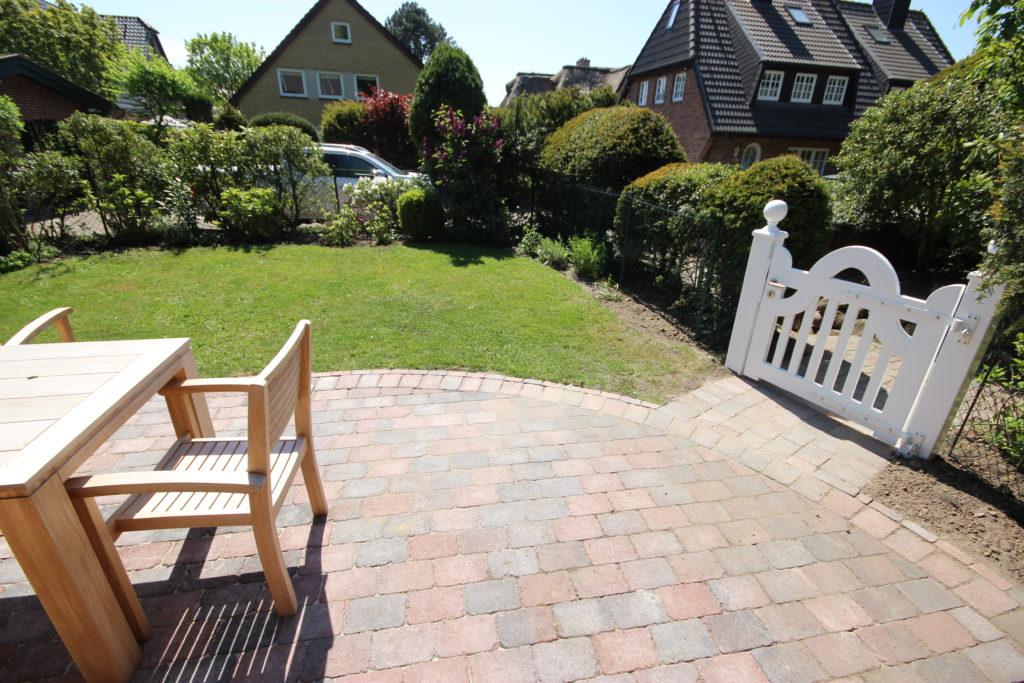 Kleiner Vorgarten mit Halbrunder Terrasse aus Betonpflaster
