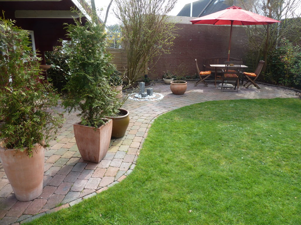 Terrasse dem Grundstück angepasst mit kleinem Brunnen